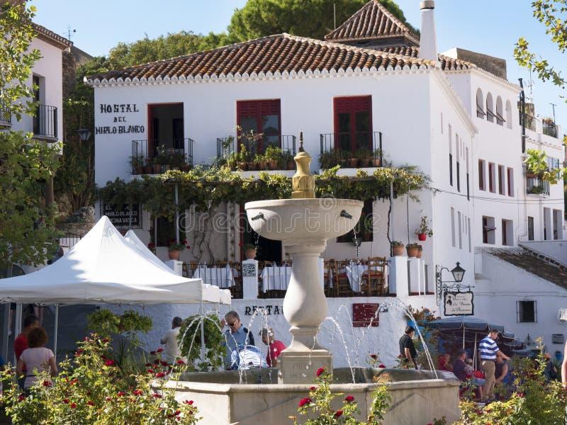 La place à Mijas un des villages 'blancs' les plus beaux de la région du sud de l'Espagne a appelé Andalousie images stock