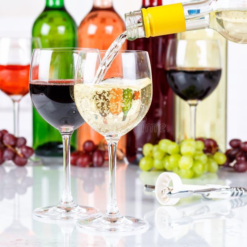 La place blanche de versement de bouteille en verre de vin versent image stock