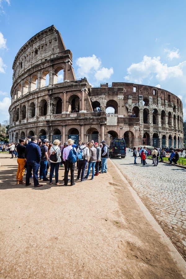 La place célèbre de Colosseum Un groupe de touristes Foule des gens photographie stock