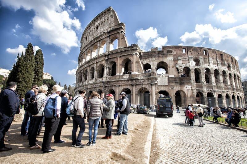 La place célèbre de Colosseum Un groupe de touristes Foule des gens HDR images stock