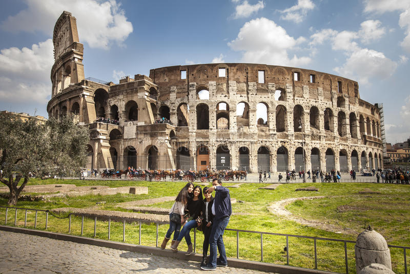 La place célèbre de Colosseum Visite guidée à pied Famille faisant un Selfie photo libre de droits