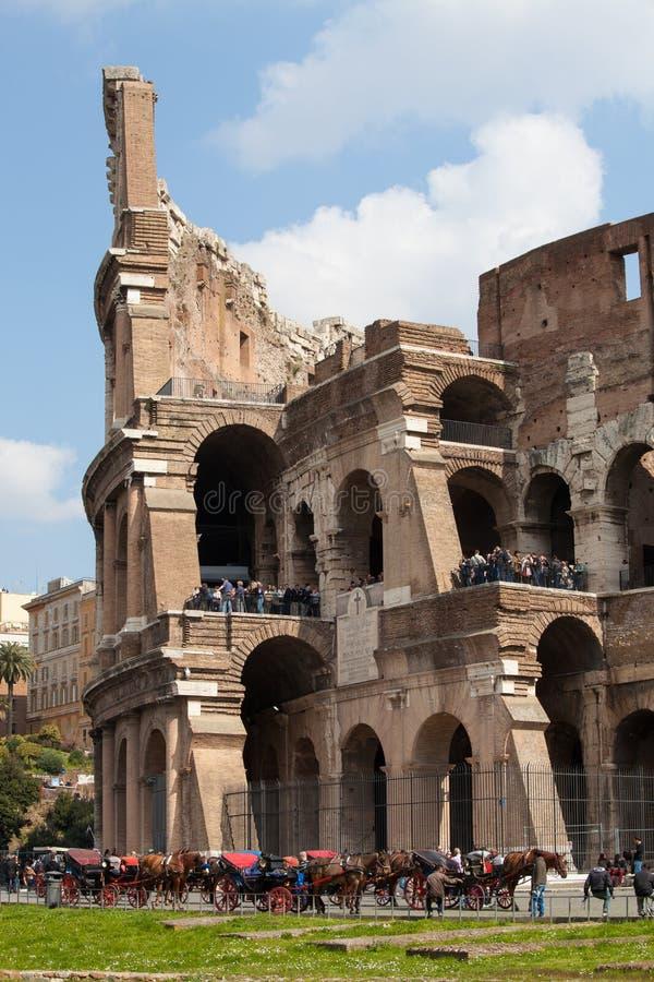 La place célèbre de Colosseum Visite guidée à pied Touristes et char photos libres de droits
