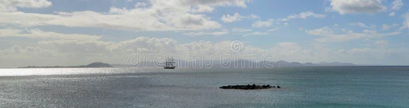La place a calé le bateau grand avec la côte du nord de Fuerteventura images libres de droits