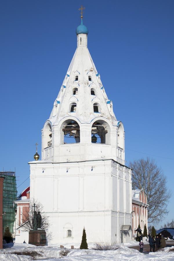 La place centrale dans Kolomna Kremlin pendant l'été, la cathédrale d'Uspensky, la tour de cloche et l'école photos libres de droits