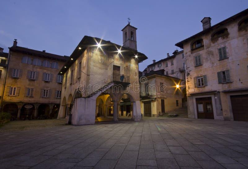 La place d'Orta San Giulio par nuit photographie stock libre de droits