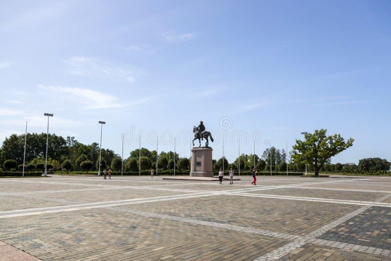 """La place devant le palais de Konstantinovsky palais dans d'état complexe """"des congrès dans le village de Strelna, animal familier image stock"""