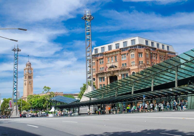 La place ferroviaire est une intersection très occupée et le site d'un grand terminus d'autobus, constitués par Lee Street, Pitt  photographie stock