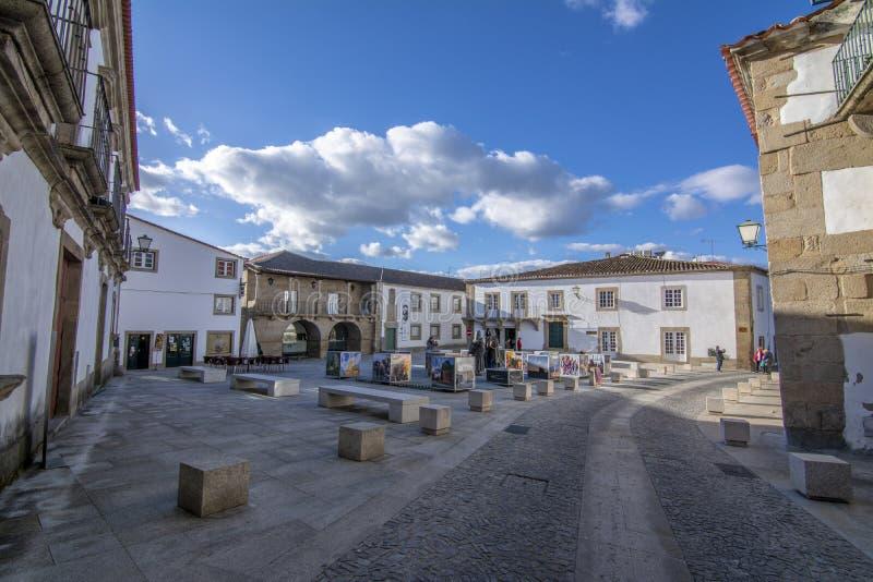 La place historique avec des statues en Miranda font Douro au Portugal image stock