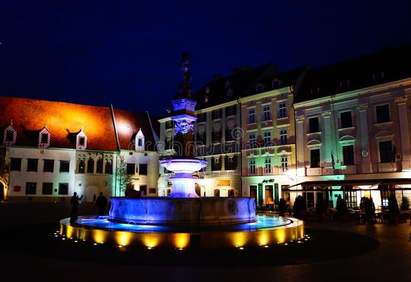 La place principale à Bratislava le soir photos libres de droits