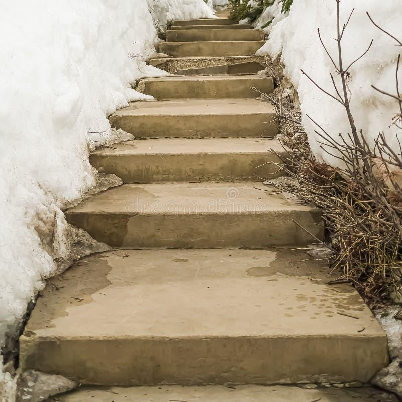 La place a survécu au concerete les étapes qu'extérieures parmi la neige ont couvert la pente en hiver image libre de droits