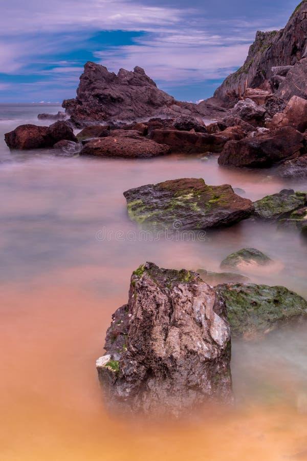 La plage bascule la longue exposition de l'Espagne images stock