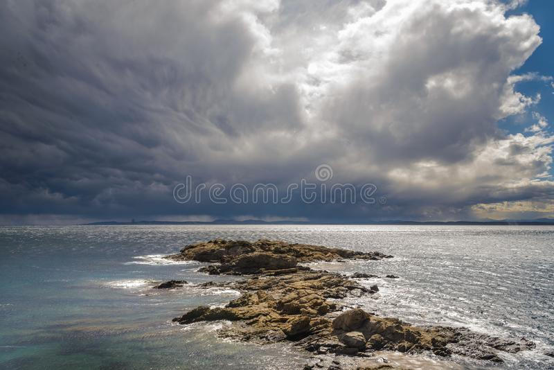 La plage, beau, bleue, opacifie le ciel bleu, ciel de nuages, côte, brava de côte, roses de brava de côte, paysage, vue magnifiqu image stock