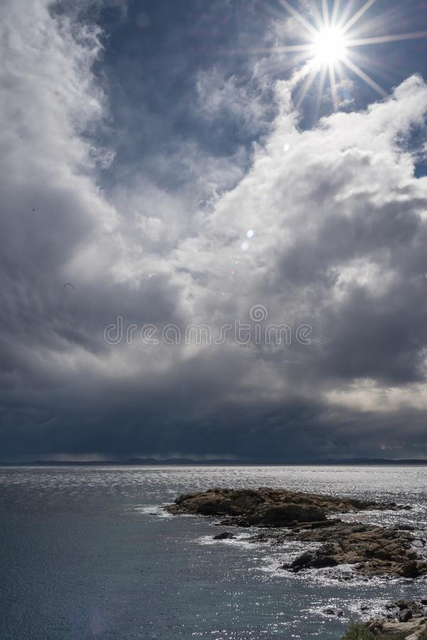 La plage, beau, bleue, opacifie le ciel bleu, ciel de nuages, côte, brava de côte, roses de brava de côte, paysage, vue magnifiqu photographie stock libre de droits