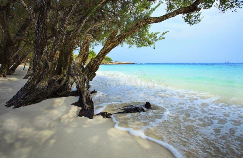 La plage blanche tranquille et paisible de sable du KOH samed la province de rayong images stock