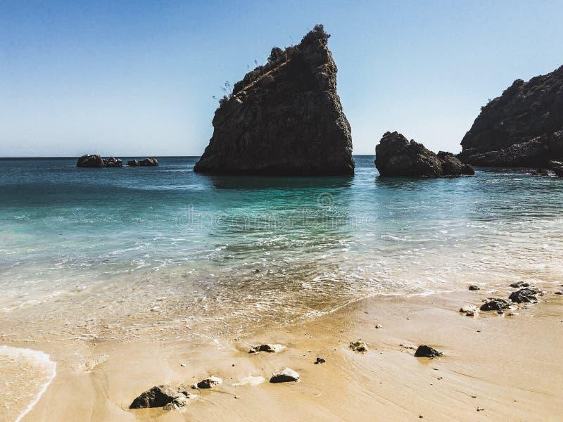 La plage cachée photo libre de droits