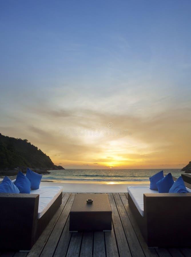 la plage détendent le temps de coucher du soleil photo stock