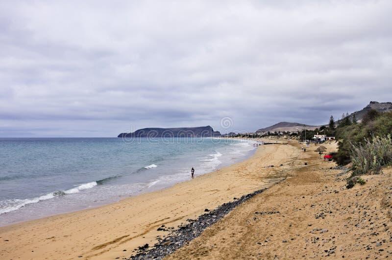 La plage d'or de Porto Santo en journée nuageuse Porto Santo, Madère, Portugal photo stock