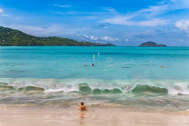 La plage dans la baie de Magens sur St Thomas - île de Vierge des USA photo libre de droits