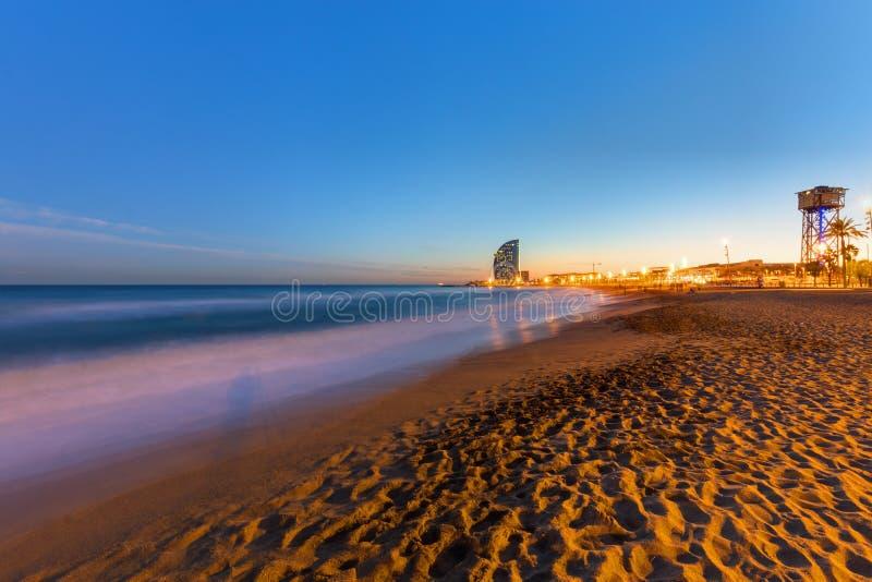 La plage de Barcelone au coucher du soleil images libres de droits