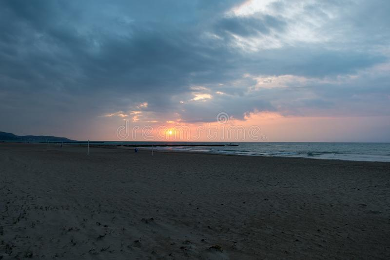La plage de benicasim dans un beau lever de soleil photo libre de droits