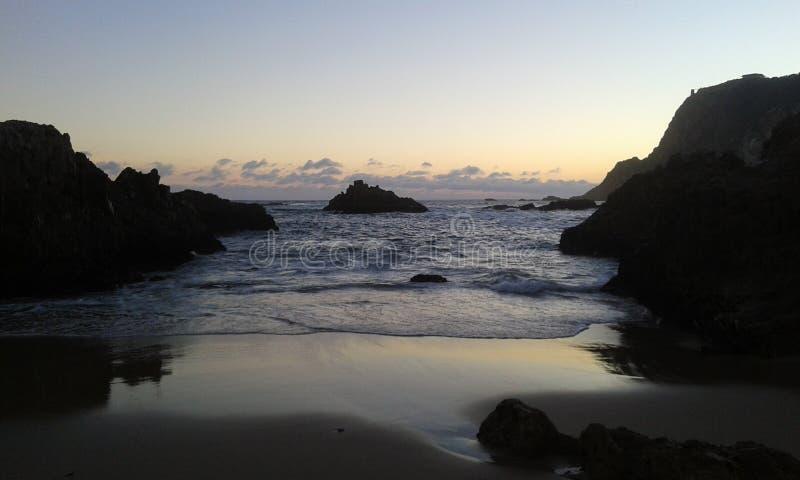 La plage de coucher du soleil d'océan bascule des vagues de l'Afrique de ciel de Sun photographie stock libre de droits