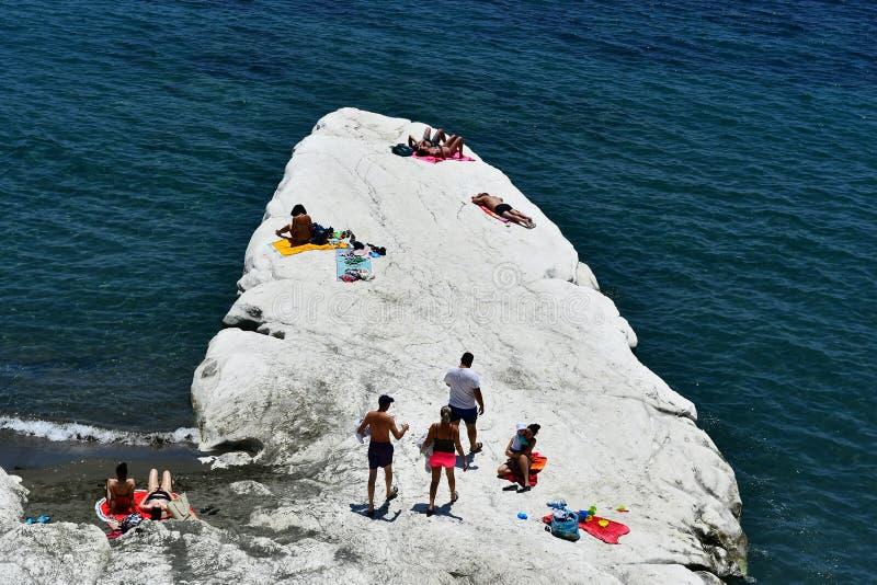 La plage de Governos dans l'heure d'été est visitée par toutes les personnes et familles photo stock