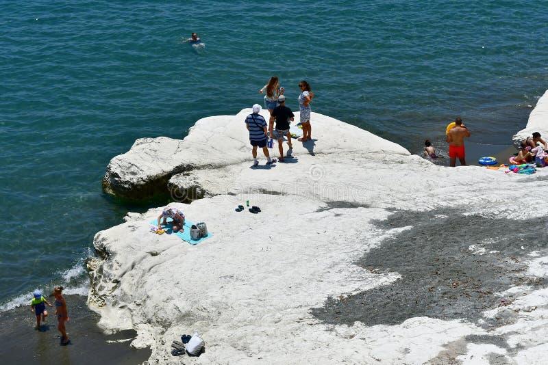 La plage de Governos dans l'heure d'été est visitée par toutes les personnes et familles images stock
