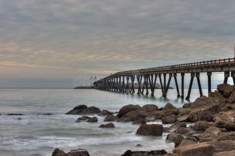 La plage de la Californie comme soleil se lève au-dessus des bancs de moule photographie stock libre de droits