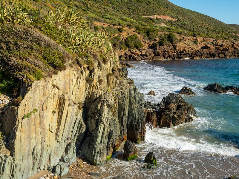 La plage de Masua en Sardigna et mer image libre de droits