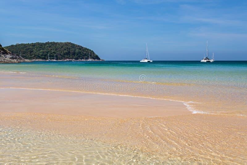 La plage de Nai Harn en île de Phuket photos stock