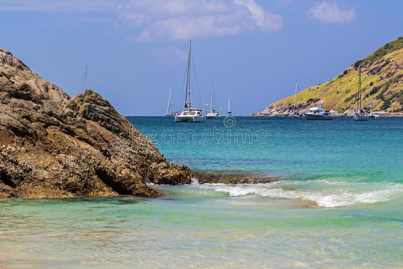 La plage de Nai Harn en ?le de Phuket, Tha?lande image libre de droits