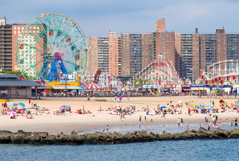 La plage et le parc d'attractions chez Coney Island à New York City image stock