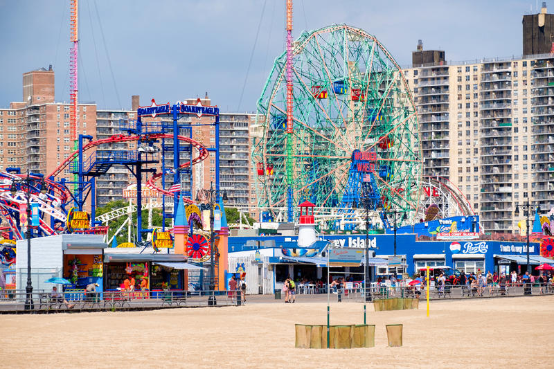 La plage et le parc d'attractions chez Coney Island à New York City images libres de droits