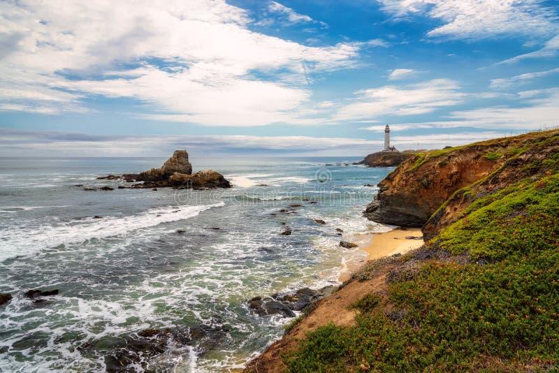 La plage et le pigeon de Pescadero dirigent le phare, la Californie images stock