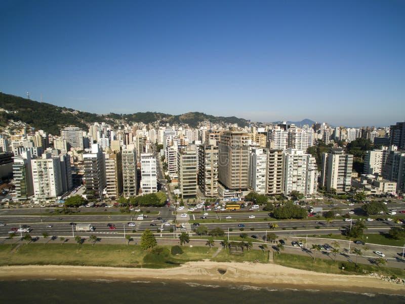 La plage et les bâtiments Beira troublent Norte/Florianopolis Santa Catar image stock