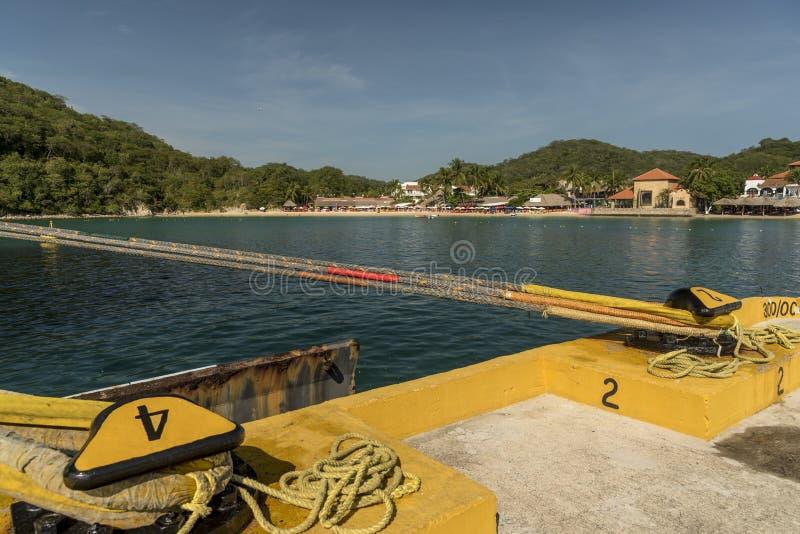 La plage et les barres du front de mer en Santa Cruz Huatulco du dock terminal de croisière image libre de droits