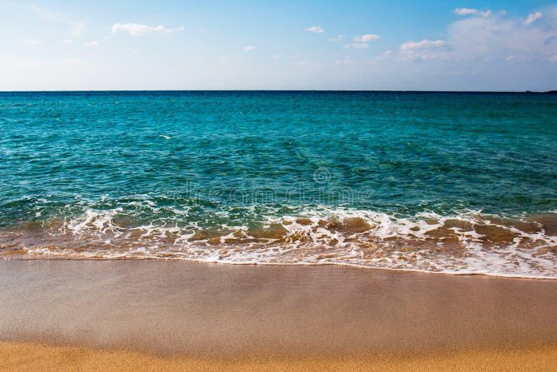 La plage grecque avec des dunes de sable et la turquoise arrosent image stock