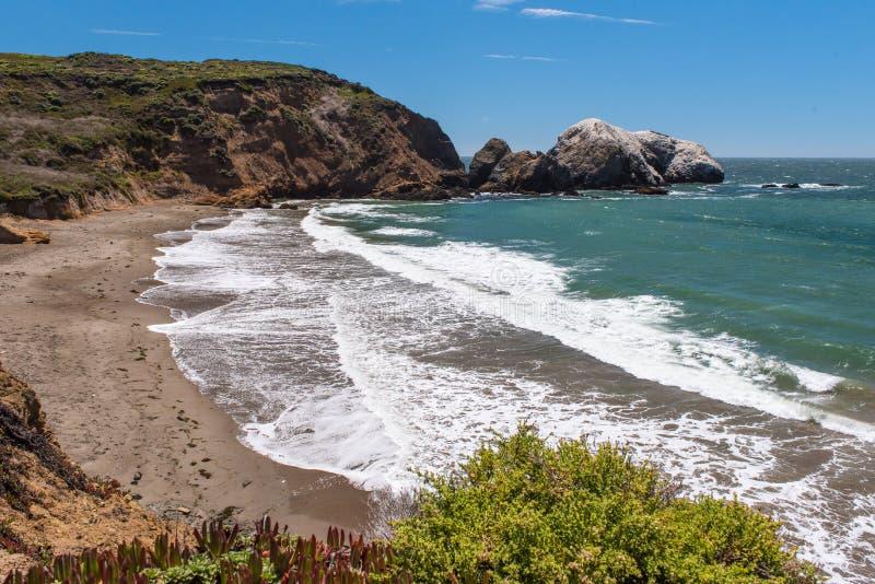 La plage la Californie de rodéo bascule les vagues et le sable photographie stock