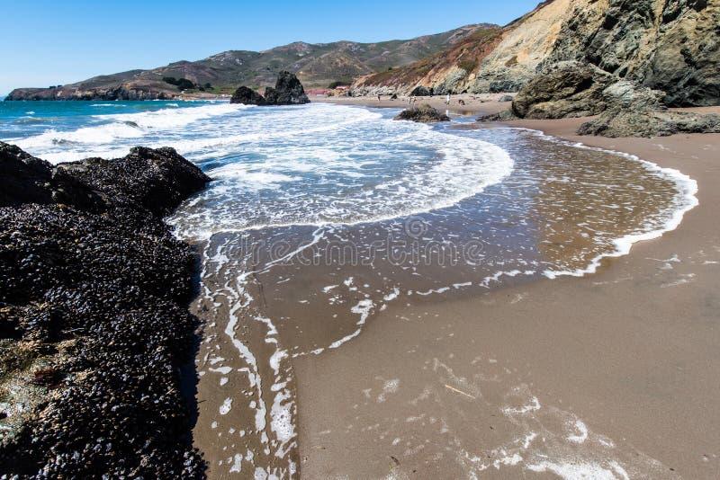 La plage la Californie de rodéo bascule les vagues et le sable photographie stock libre de droits
