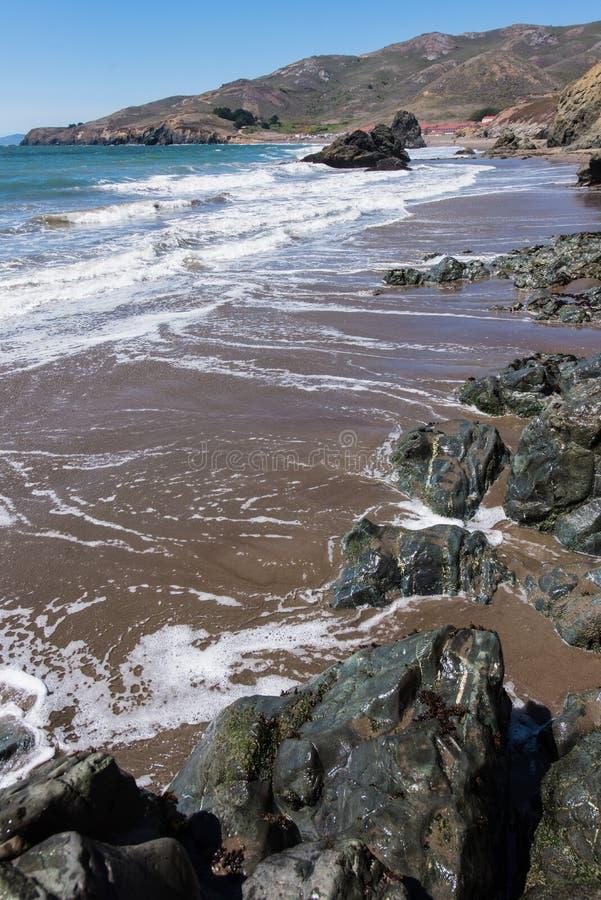 La plage la Californie de rodéo bascule les vagues et le sable photos stock