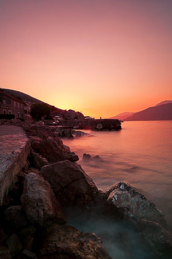 La plage rocheuse et le coucher du soleil à la Mer Adriatique marchent photos stock