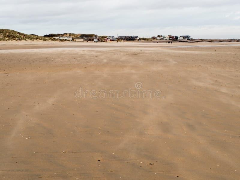 La plage sablonneuse aux sables de cambrure photographie stock