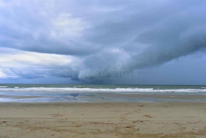 La plage sur les ondes ionosphériques bleues lumineuses et vent sur des vacances et le voyage images libres de droits
