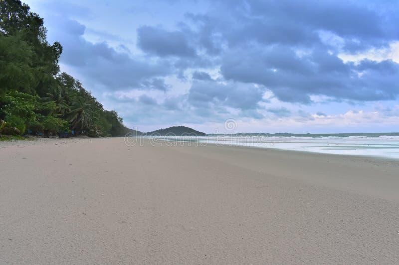 La plage sur les ondes ionosphériques bleues lumineuses et vent sur des vacances et le voyage image stock