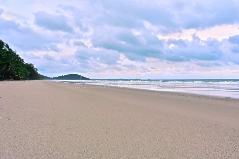 La plage sur les ondes ionosphériques bleues lumineuses et vent sur des vacances et le voyage images stock