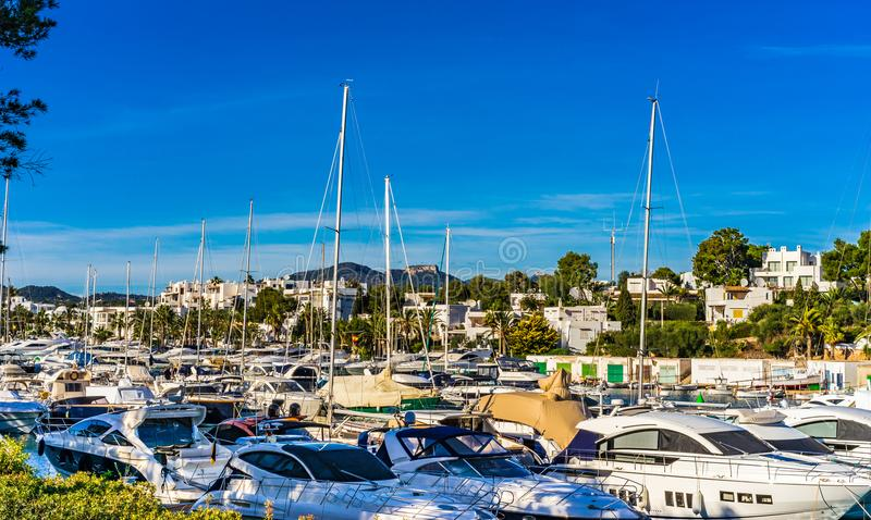 La plaisance, luxe fait de la navigation de plaisance des bateaux à la marina de Cala Dor, île de Majorca, Espagne image stock