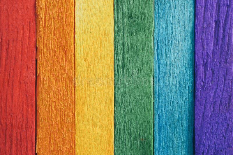 La plancia di legno della bandiera dell'arcobaleno struttura il fondo per progettazione immagine stock libera da diritti