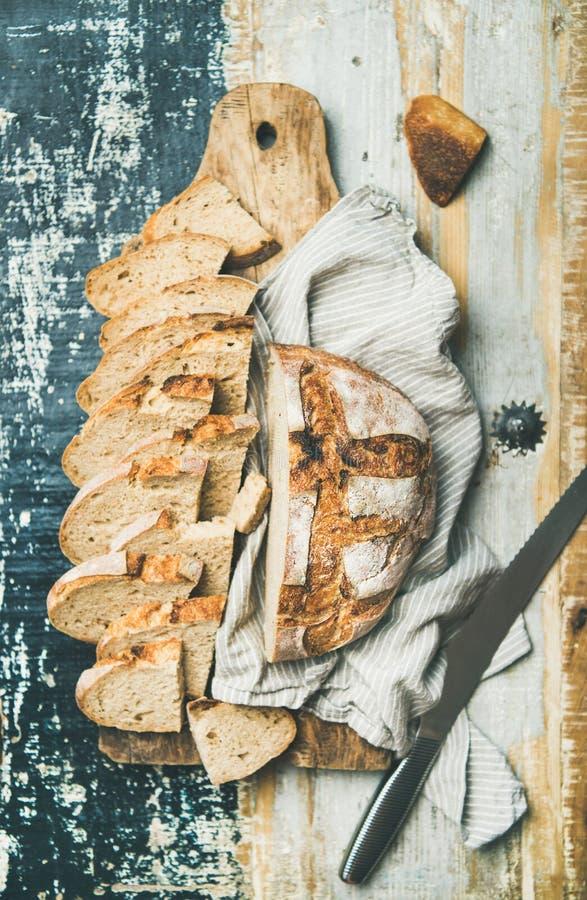 la Plano-endecha del pan del trigo del pan amargo cortó en rebanadas a bordo fotografía de archivo