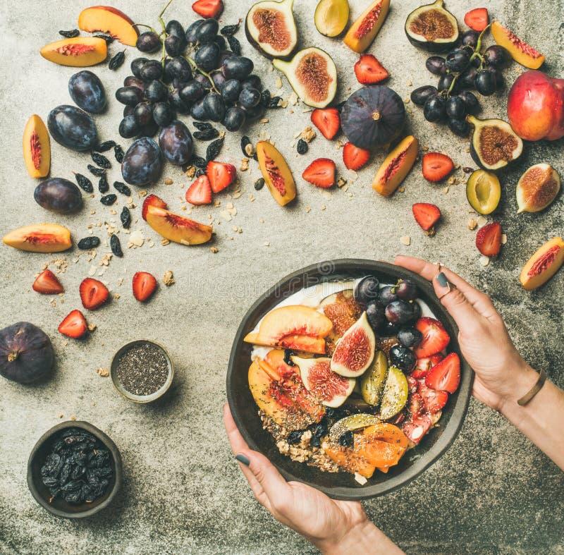 la Plano-endecha del yogur griego, la fruta fresca y las semillas del chia ruedan imagen de archivo