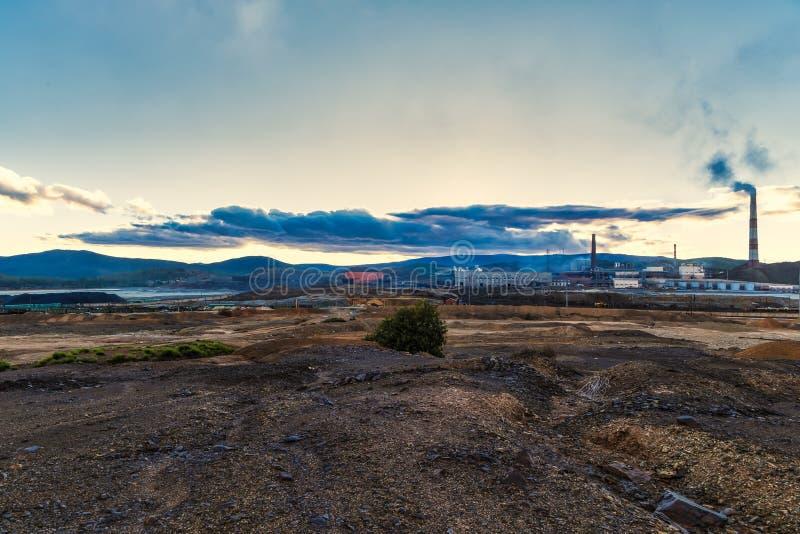 La planta emite humo y la niebla con humo de los tubos en la puesta del sol, agentes contaminadores incorpora la atmósfera Desast fotos de archivo